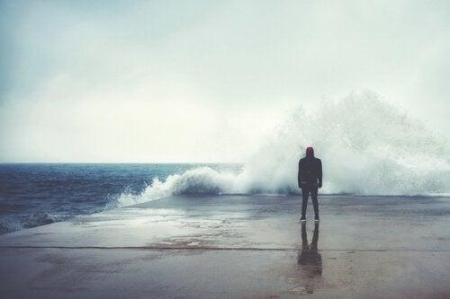 Składniki szczęścia - mężczyzna podczas sztormu.
