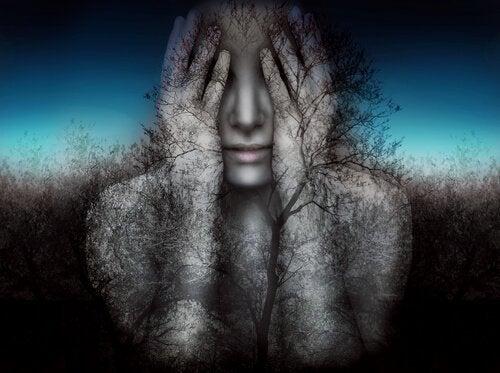 Kobieta zakrywająca twarz.