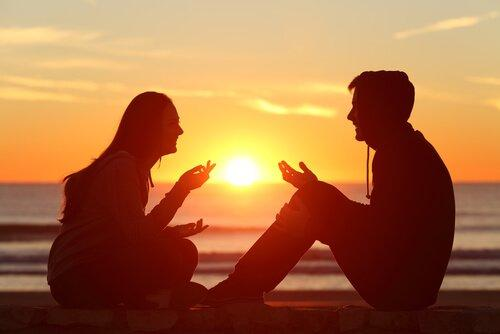 Para rozmawia na plaży