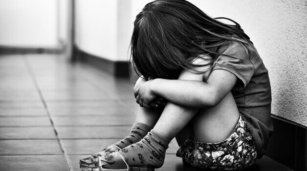 płacząca dziewczynka
