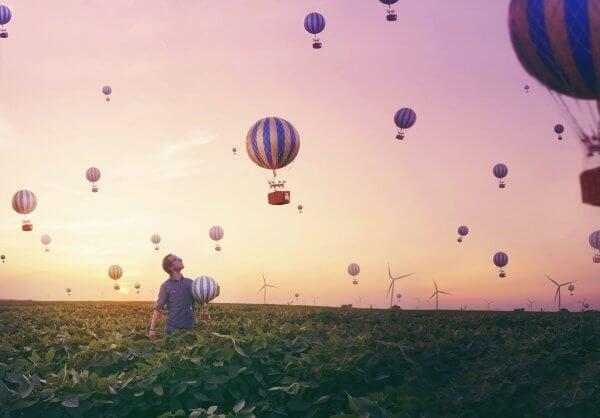 Pole pełne balonów.