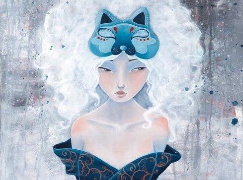 Porównywanie - kobieta z niebieską maską wilka patrzy w bok