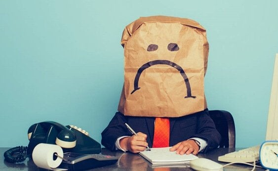 postać z papierową torbą na twarzy