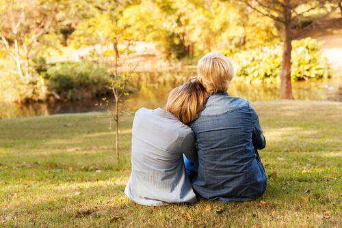 Powró do domu - mama i córka w parku