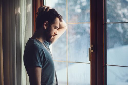 Powrót do domu - mężczyzna myśli przy oknie