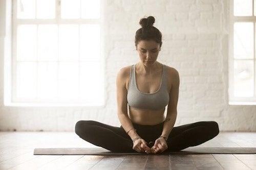 Joga - pozycje, które pomogą w walce z bólem krzyża