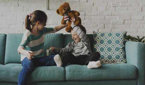 Starsze rodzeństwo: pomiędzy zabawą a obowiązkiem