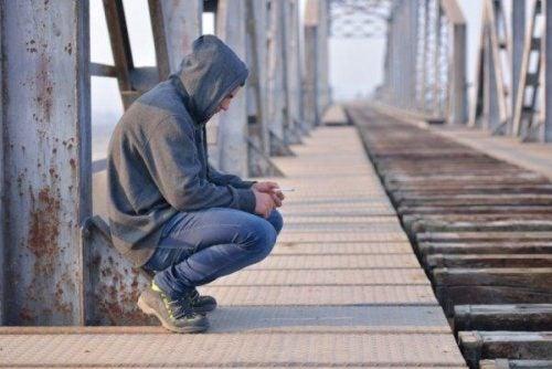 Smutny mężczyzna na moście czeka na koniec żałoby