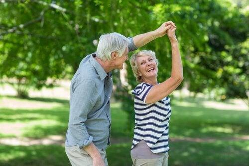 Starsze osoby, które tańczą.