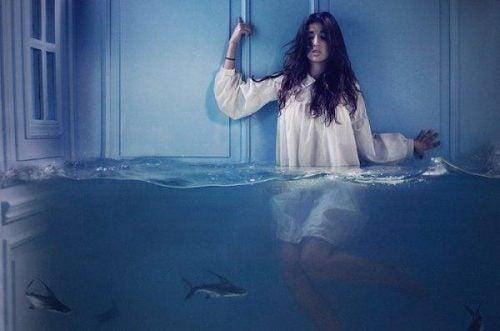 Strach udający lenistwo - Dziewczyna do połowy zanurzona w wodzie