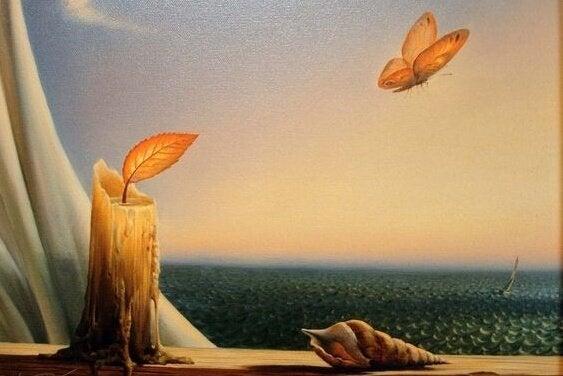 Świeca i motyl w oknie.