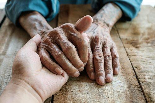 Zespół stresu opiekuna - ręce opiekuna i potrzebującego