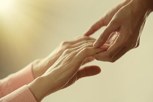 Uczenie się przez przykłady - diwe osoby trzymają się za ręce