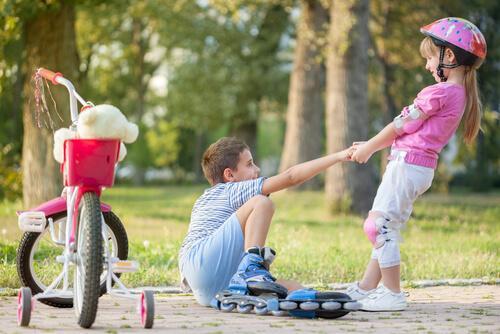 Uczenie się przez przykłady - dzieci trzymają się za ręce