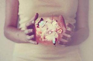 Upiększanie chwil - kobieta trzyma motyle