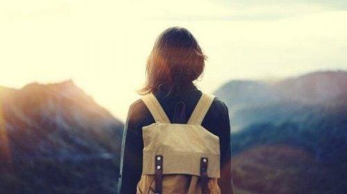 Wiara w siebie - dziewczyna z tornistrem patrzy na horyzont