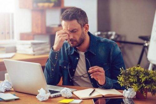 Wpływ stresu na ciało - zmęczony mężczyzna w pracy