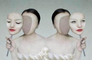 Kobieta - zakładanie maski