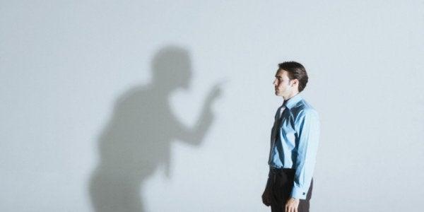 cień krzyczący na mężczyznę
