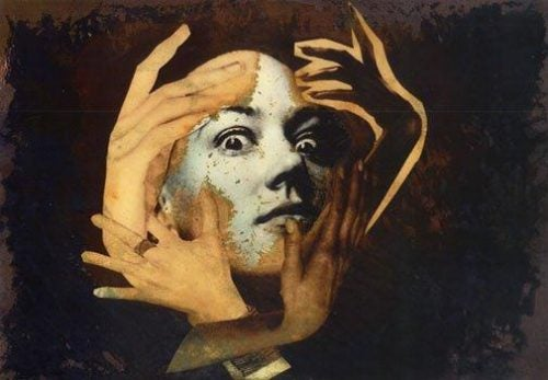 Delirium - twarz z szeroko otwartymi oczami w objęciach kilku dłoni