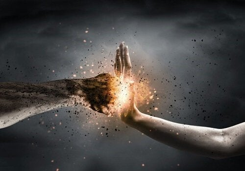 spotykające się ręce