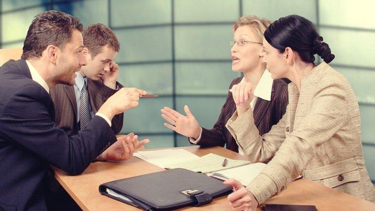 dyskutująca grupa ludzi