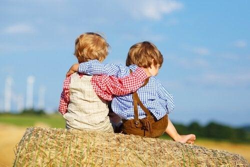 Wszyscy potrzebujemy kogoś. Obejmujace się dzieci.