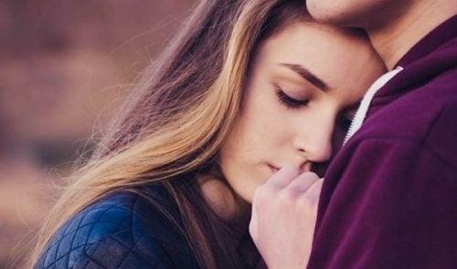 Niepewne przywiązanie - dziewczyna przytulajaca się do chłopaka.