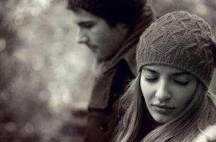 smutna dziewczyna w czapce - miłość się kończy