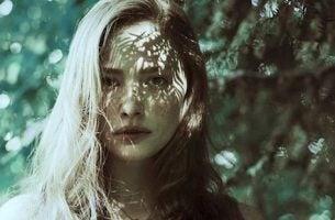 dziewczyna w lesie - równowaga emocjonalna