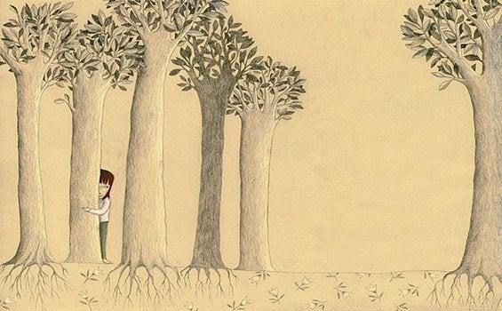 Dziewczynka chowająca się między drzewami.