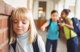 dziewczynka w szkole - ofiara bullyingu