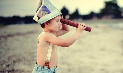 wychowanie dzieci - bawiący się chłopiec