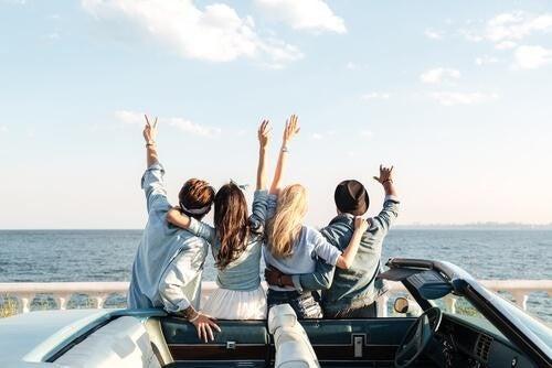 Grupa ludzi nad morzem