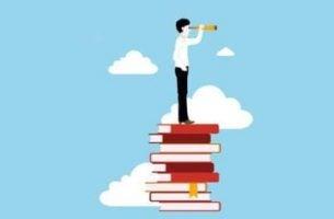 Jak uczyć się lepiej i efektywniej - człowiek z lunetą stoi na książkach