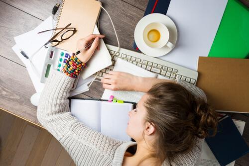 Jak uczyć się lepiej i efektywniej - dziewczyna śpi na biurku