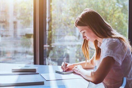 Jak uczyć się lepiej i efektywniej - skupiona dziewczyna pisze