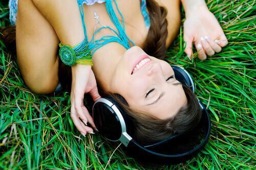 Jak zacząć regularnie ćwiczyć - kobieta słucha muzyki w nagrodę