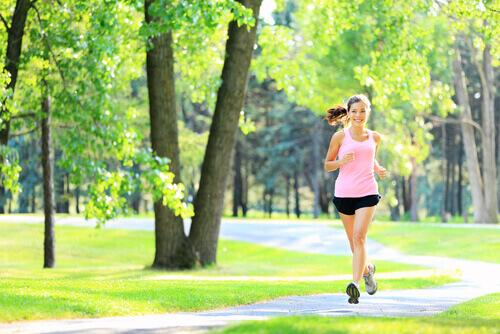 Kobieta biegająca po parku.