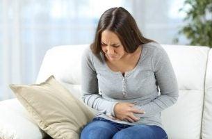 Zapalenie żołądka - kobieta, która na nie cierpi.