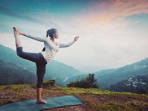 KObieta ćwicząca jogę.