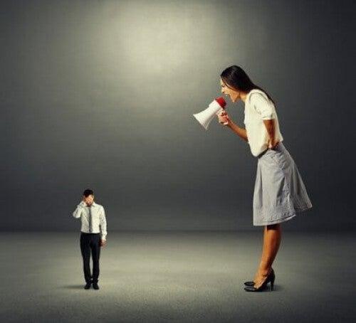 Kobieta krzyczy na pracownika
