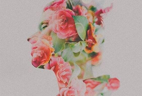 Kobieta z twarzą w kwiatach.