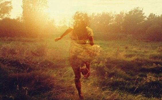 Kobieta biegnąca po łące.