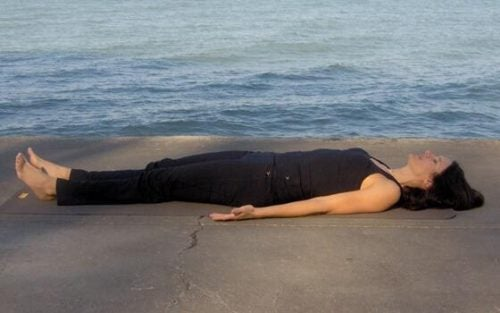 Kobieta leży na plaży