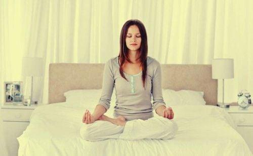 Lepszy sen: osiągnij go tymi 4 technikami relaksacyjnymi