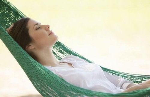 Kobieta odpoczywa na hamaku
