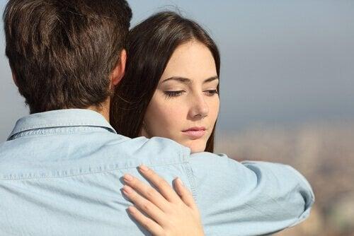 kobieta niechętnie przytulająca mężczyznę