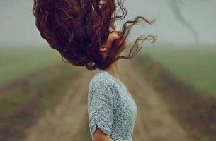 Kobieta stoi na polu