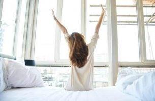 Budzisz się zmęczony - kobieta, która wstaje rano.